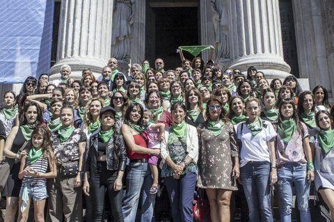 a favor. Grupos de mujeres impulsan la legalización del aborto.