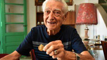 sonriente. Hugo Fernández muestra orgulloso la medalla que le obsequió La Capital cuando cumplió cincuenta años en el diario.