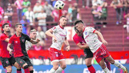 A maltraer. Nicolás González se anticipa a Hernán Bernardello y conecta de cabeza. El atacante del Bicho fue imparable por arriba y convirtió por esa vía el único gol.