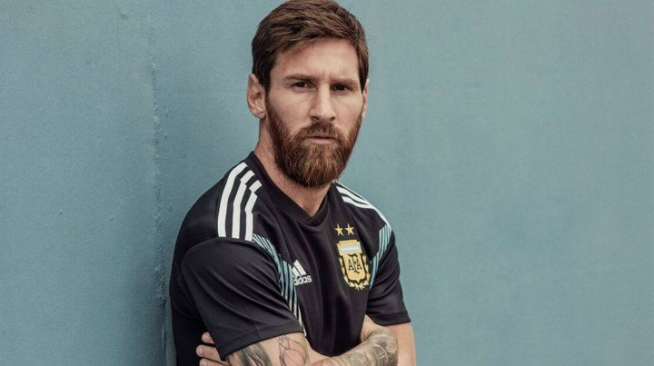 Presentaron la camiseta alternativa de Argentina para el Mundial