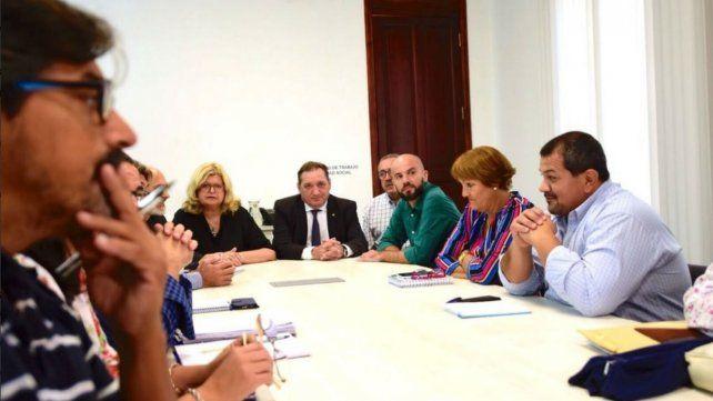 La ministra de Educación, Claudia Balagué, y su par de Trabajo, Julio Genesini, junto a los gremialistas.