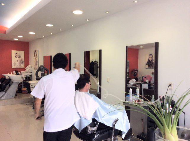 Un delincuente se hizo pasar por un cliente para robar una peluquería