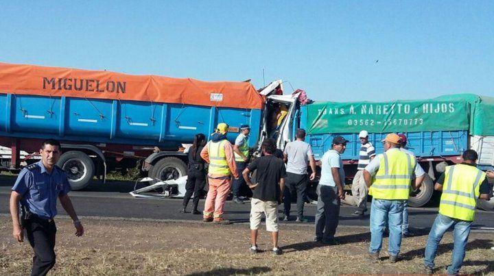 La imagen es elocuente y habla a las claras del tremendo impacto entre los camiones. (Foto: @AiredeSantaFe)
