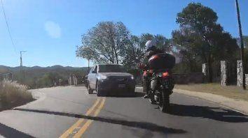 Un motociclista publicó en un video en el que atropellan a un amigo