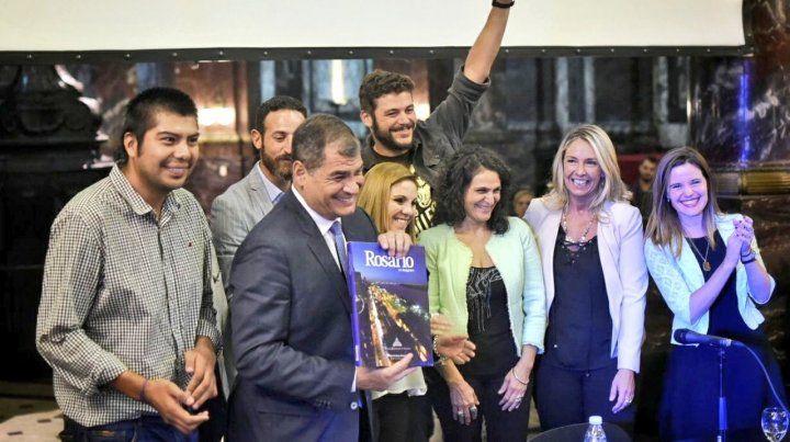 Para la foto. Dirigentes de todos los partidos quisieron retratarse junto al expresidente ecuatoriano.