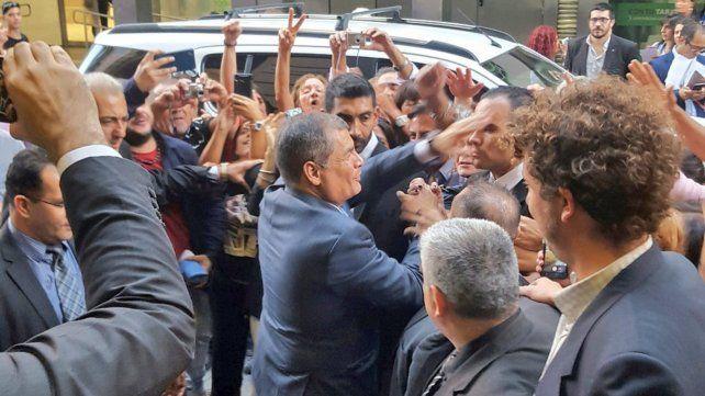 <b>Como un rock star.</b> Correa tuvo una calurosa bienvenida en Rosario.