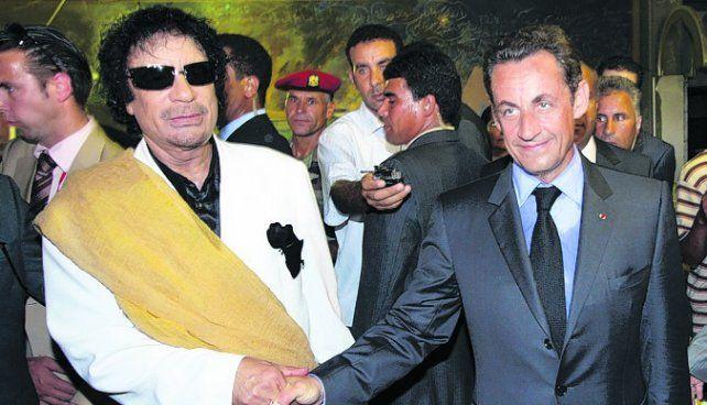 Investigación. El fallecido líder libio junto a Sarkozy
