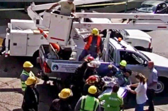 Un milagro. El conductor casi ocasiona una tragedia al mover una grúa.