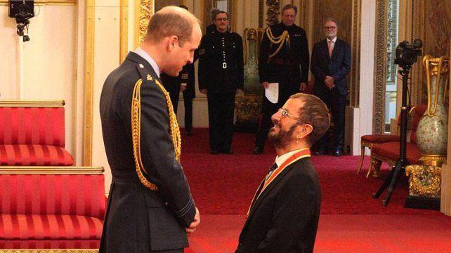 La breve ceremonia culminó con el músico haciendo la señal de la paz con los dedos en V.