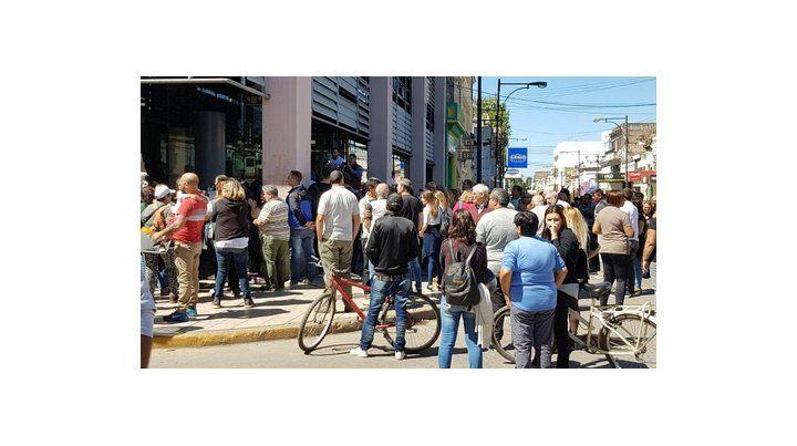 en tensión. Vecinos protestaron el lunes frente a la Cooperativa Eléctrica.