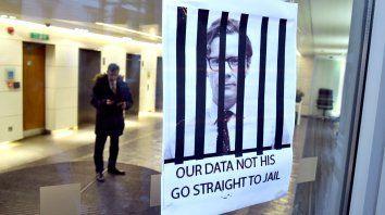 Un cartel en Cambridge Analytica pide cárcel para el CEO de la empresa, Alexander Nix.