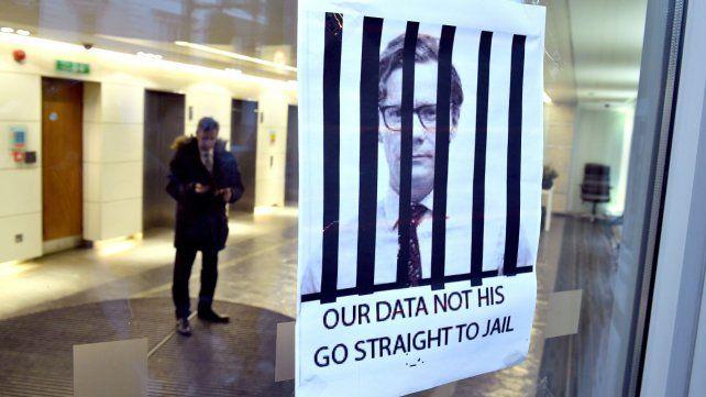 Un cartel en Cambridge Analytica pide cárcel para el CEO de la empresa