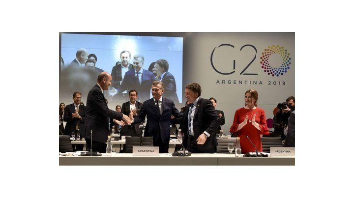 saludo. Macri participó del cierre junto a Dujovne y Sturzenegger.