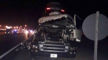 Uno de los camiones sufrió daños muy importantes. Su chofer salió ileso.