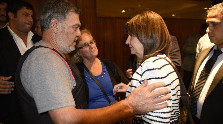 Los padres de Paula Perassi durante un encuentro con la ministra de Seguridad nacional