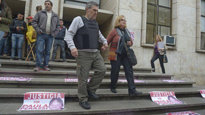 Los padres de Paula Perassi durante una marcha frente a los Tribunales de Rosario.