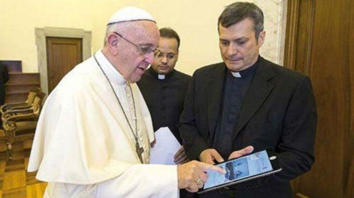 Monseñor Ruiz junto al Papa Francisco.