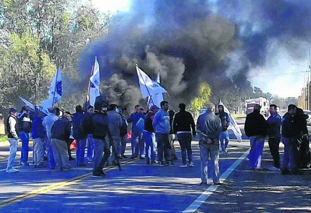protesta. Los trabajadores de Rega manifestaron en la ruta su situación.