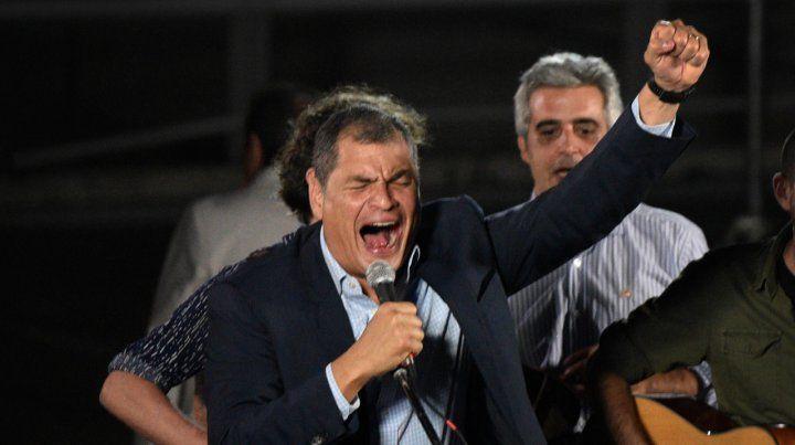 Rafael Correa se sacó el gusto en Rosario y se animó a cantar