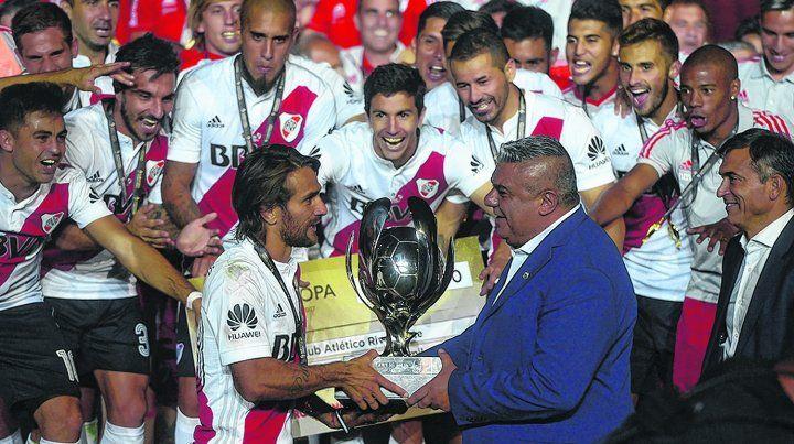 La Supercopa. Ponzio recibe de manos de Chiqui Tapia el trofeo tan preciado. Después