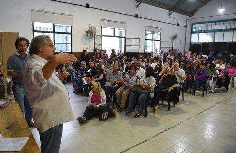 asamblea. Los docentes de Amsafé Rosario deliberaron anoche en la escuela Almafuerte