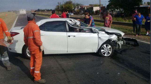 Un herido grave en un violento choque entre un auto y un camión en la autopista a Córdoba
