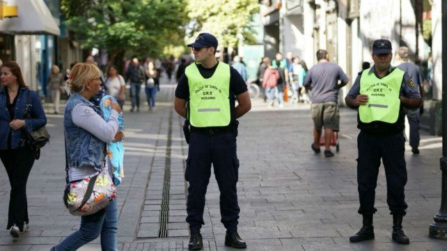 Policías de la provincia custodian las peatonales de Rosario.