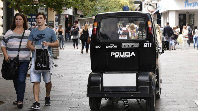 Por el paro de municipales se redobló la presencia de policías en las peatonales.