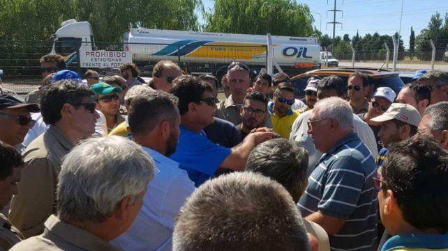 El sindicato de petroleros amenazó con parar todas las refinerías del país