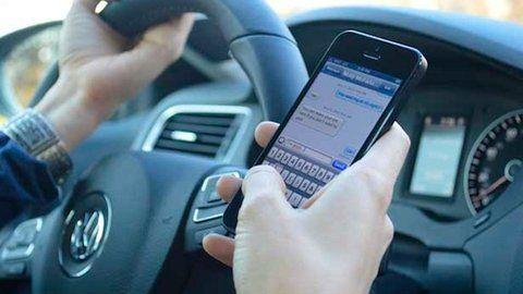 peligro al volante. El 33% consulta el celular en el semáforo.