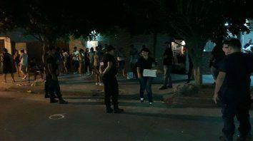 La policía trabaja en el lugar donde anoche se produjo el triple homicidio.