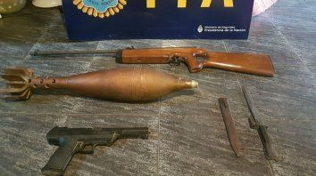 Las armas y el proyectil que fueron incautados esta mañana.