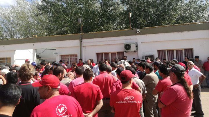 Los trabajadores de Vassalli sacaron a empujones al presidente del directorio de una de las plantas