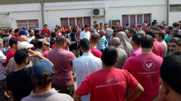 Los trabajadores de Vassalli aceptaron el acuerdo y vuelven a sus puestos de trabajo. (Foto: gentileza Guillermo Bravo de Redacción Firmat)