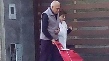 El represor Eduardo Tucu Costanzo fue fotografiado cuando salió de su casa para hacer compras.