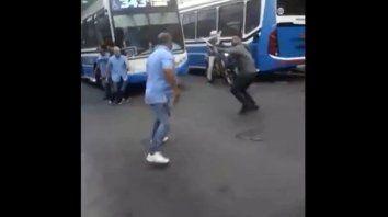 Un video muestra una violenta pelea entre colectiveros y ciclistas