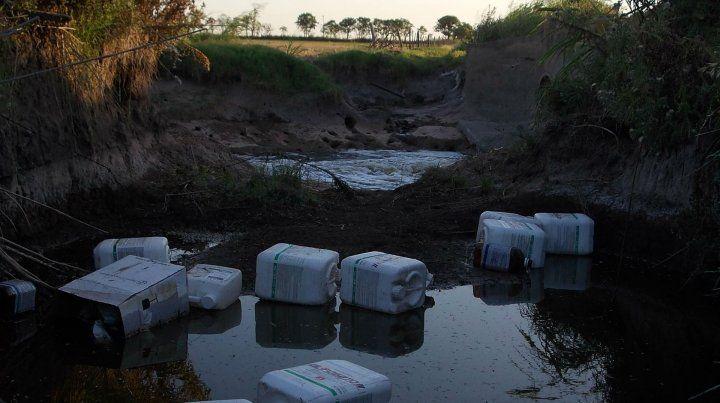 Insostenible. Los bidones con restos de veneno se tiran en los campos.