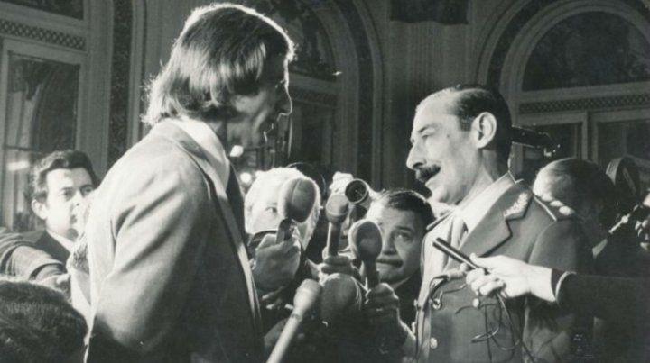 Mundial 78. El Flaco Menotti recibe el saludo del dictador Jorge Rafael Videla.