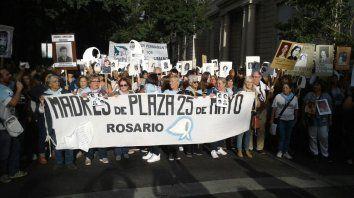 Miles de rosarinos marchan hacia el Monumento por verdad, memoria y justicia