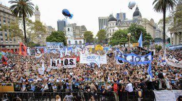 Multitudinaria marcha y reclamos por doquier en la Plaza de Mayo