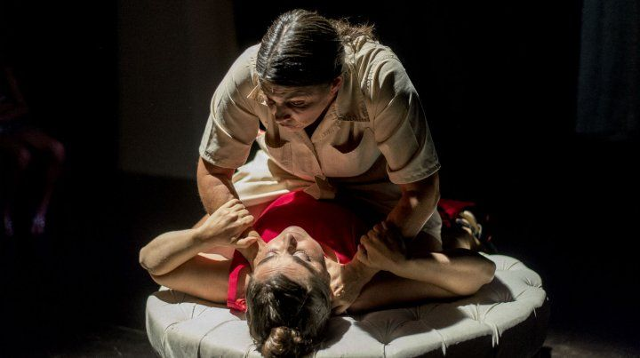 Lucha de clases. Marilina Baroni y Eugenia Cozzi se lucen como dos mucamas que planean matar a su patrona.