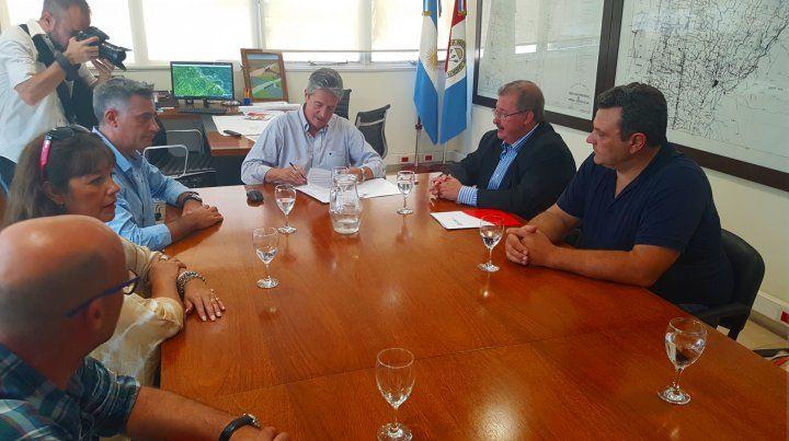 Rúbrica. Las autoridades provinciales y locales firmaron el acuerdo.