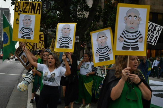 Condicional. Opositores a Lula manifiestan frente al Supremo Tribunal Federal de San Pablo.