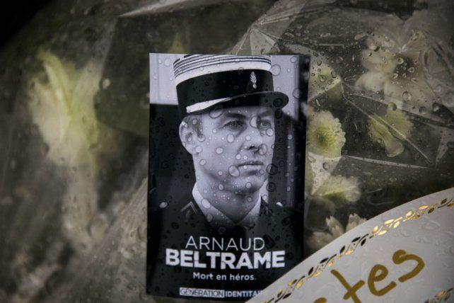 Héroe nacional. Ofrendas al oficial que se intercambió como rehén.