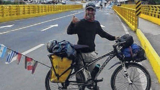 Pablo Castellano y su bicicleta, inseparables.