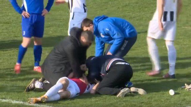 Un futbolista falleció en pleno partido tras recibir un pelotazo en el pecho