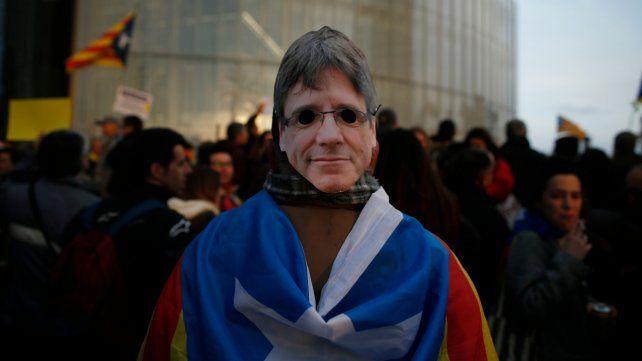 Un manifestante en repudio de la detención de Puigdemont.