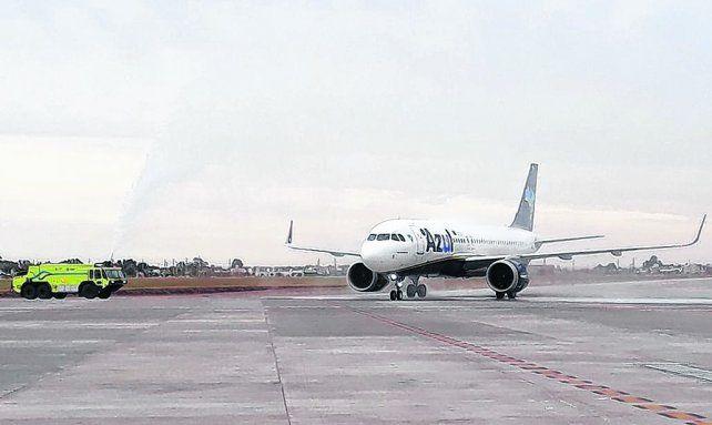 bautismo. El vuelo inaugural de Azul fue recibido por la autobomba del Aeropuerto Internacional Rosario.