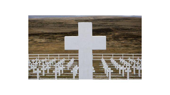 cementerio de darwin. Las tumbas tienen nombre. Ya no dirán Soldado argentino sólo conocido por Dios.