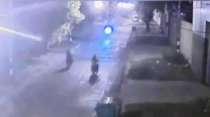 La imagen previa al accidente entre dos motos.